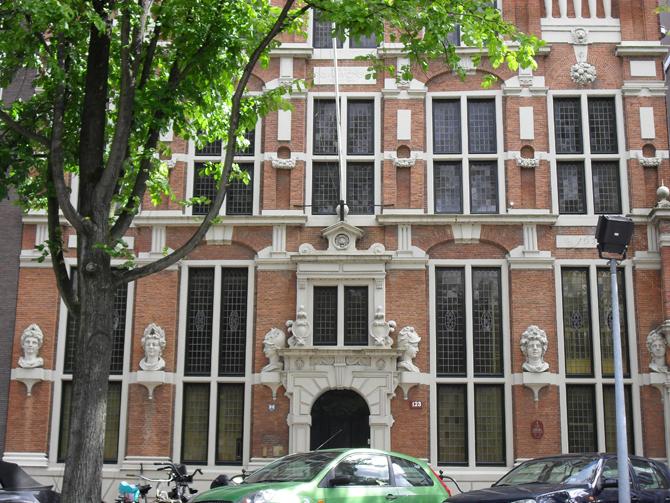 красный дом в Амстердаме