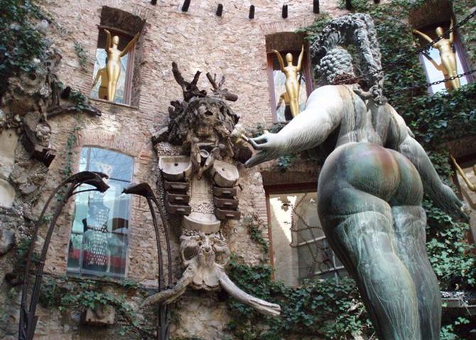 внутренний двор музея Дали
