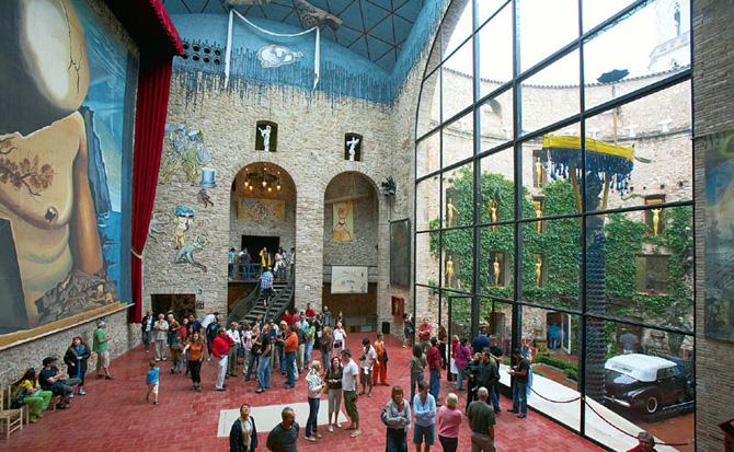 главное здание музея дали