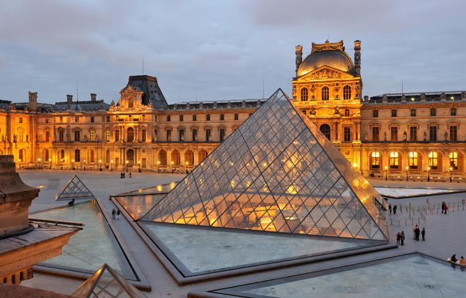 Пирамида из стекла Лувра