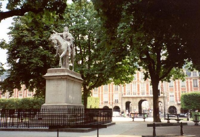 Статуя Людовику XIII на площади Вогезов