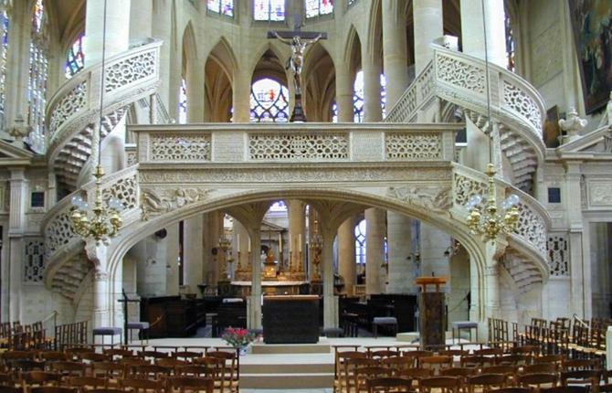 интерьер церкви в Париже