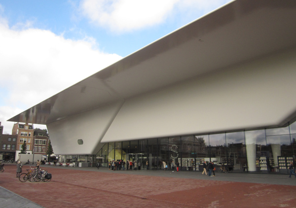 входе в Stedelijk